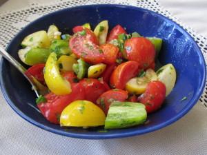Ihana salaatti perinnetomaateista