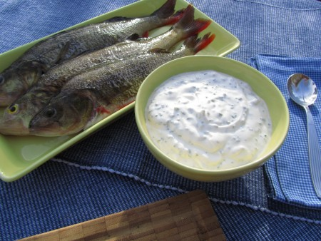 Tarhasuolaheinä-jugurttikastike kalalle