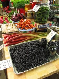 Kauden tuotteita ja perinteisiä säilykkeitä Tallinnan Keskturgilla