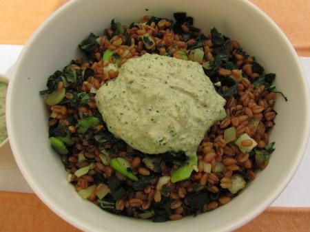 Lämmin salaatti speltinjyvistä ja lehtikaalista