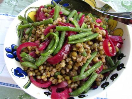 Kahden pavun salaattia ja punasipulipikkelsiä