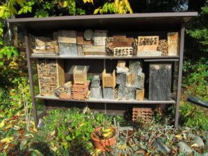 Isokokoinen hyllykköön sijoitettu hyönteishotelli