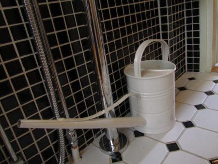 MItä tekee kastelukannu vessassa?