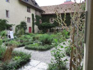 Luostarin puutarhassa
