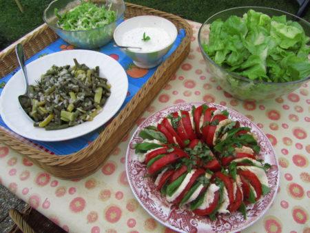 Kesäinen ateria tädin puutarhassa