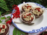 Pihlajanmarja-suklaamuffinsit kerma-tuorejuustokuorrutteella