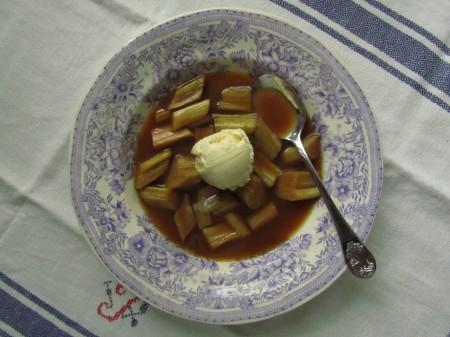 Uunissa valmistettua raparperikompottia