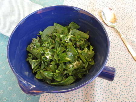 Keväinen vihersalaatti ruohosipuli-piparjuurivinaigrettella